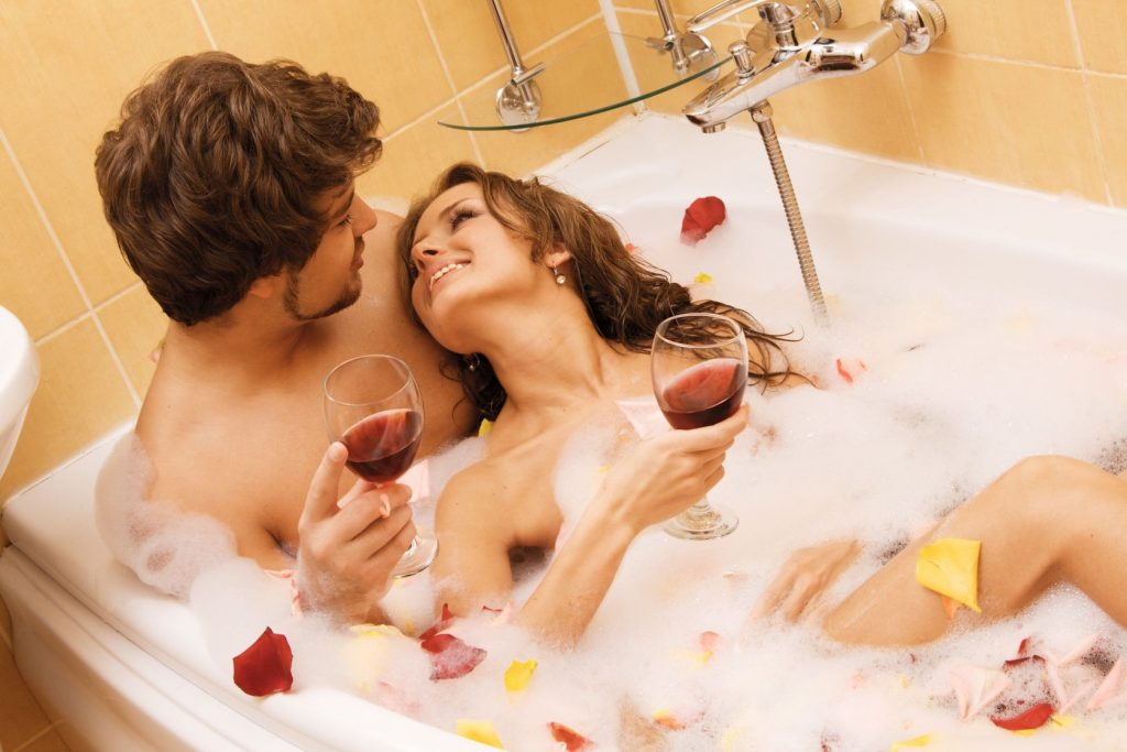 image-couple-in-bath-with-wine
